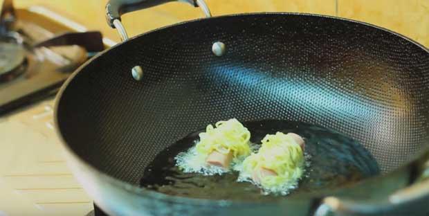 5-sosis-gulung-mie